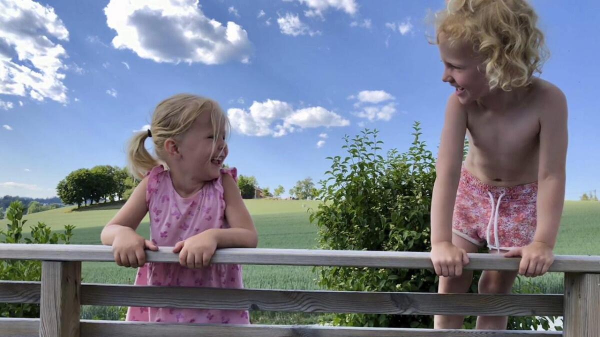 Årets vinner av sommerfotokonkurransen i Varden er Therese Dahlgren, som har tatt dette bildet av datteren Amalie (3) og nabojenta Mia (4). 8