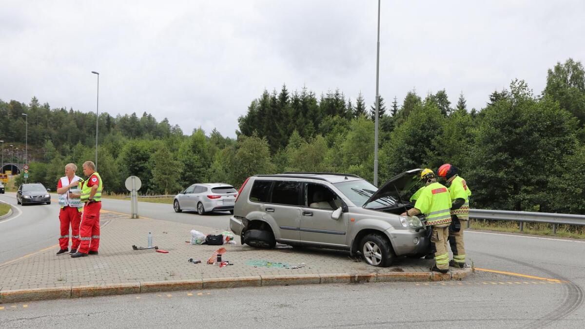 Alle fem i bilen er sendt til sykehus for en sjekk etter at bilen kjørte ut ved avkjøring av E18.