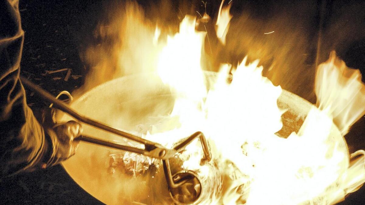 Brenning av porselen i friluft i en raku-ovn på Porsgrunn porselensfabrikk.