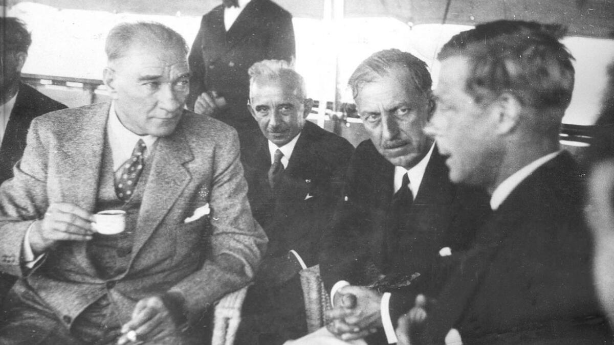 Mustafa Kemal Ata Türk skilte stat og religion i Tyrkia, som i dag er et av de mest velfungerende land i den muslimske verden. Nå trenger islam reformer som er forenlige med det 21. århundre, mener Farahmand. Her er Ata Türk (t.v.) fotografert sammen med britiske kong Edward på kongens yacht i 1936.
