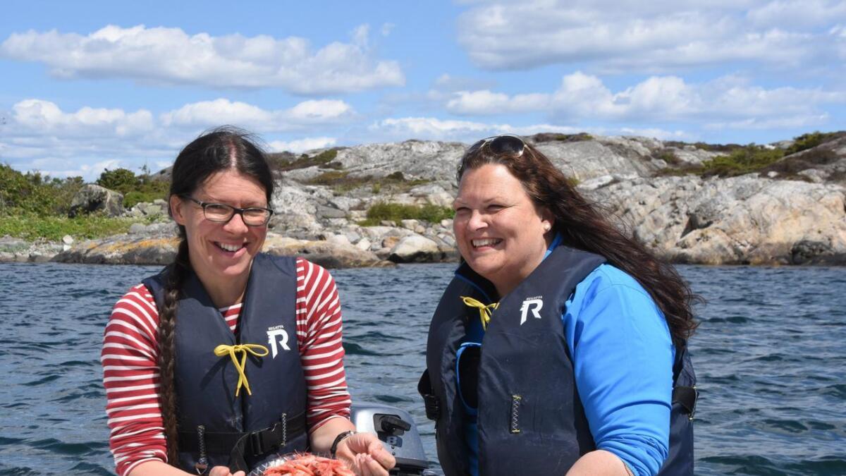 Ulrike Schenk (t.v.) og Anne Elisabeth Jensen fra turistkontoret                         frister turistene med holmeturer med guide og ferske reker i år.