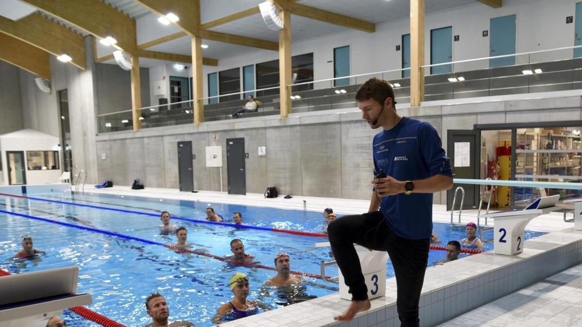 Tom Erling Kårbø viser deltakarane korleis ein aquajoggar. Det gjeld å løfta knea høgt, vera litt framoverlena, og bruka armane godt, slik som når ein spring på land. Det beste med aquajogg er at det passar for alle aldrar uansett kva form ein er i.