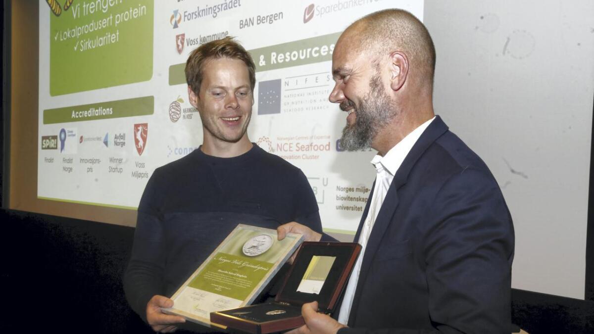 Gründerprisen til Invertapro og Alexander Solstad Ringheim vart overlevert av Øyvind Ørbeck Sørheim (til høgre) i Norges Vel.