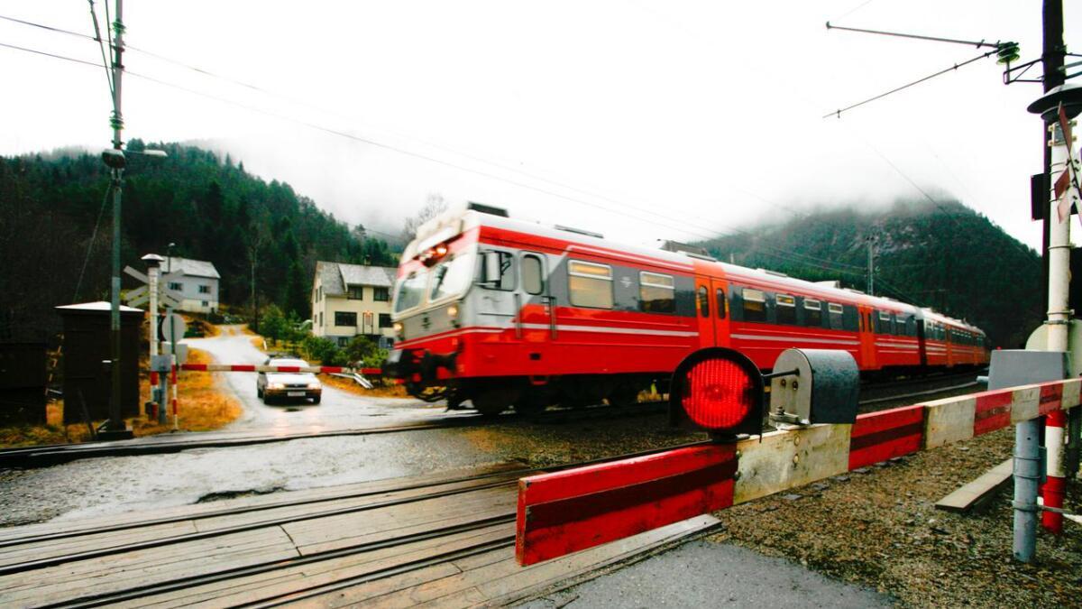 Toga står på Bergensbanen, då det torsdag morgon brann i Ulrikstunellen nær Bergen.