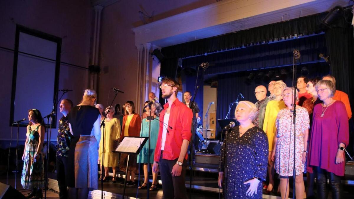 Kordial var fargerikt kledd i stil med perioden til dei fleste songane som var framført fredag kveld.
