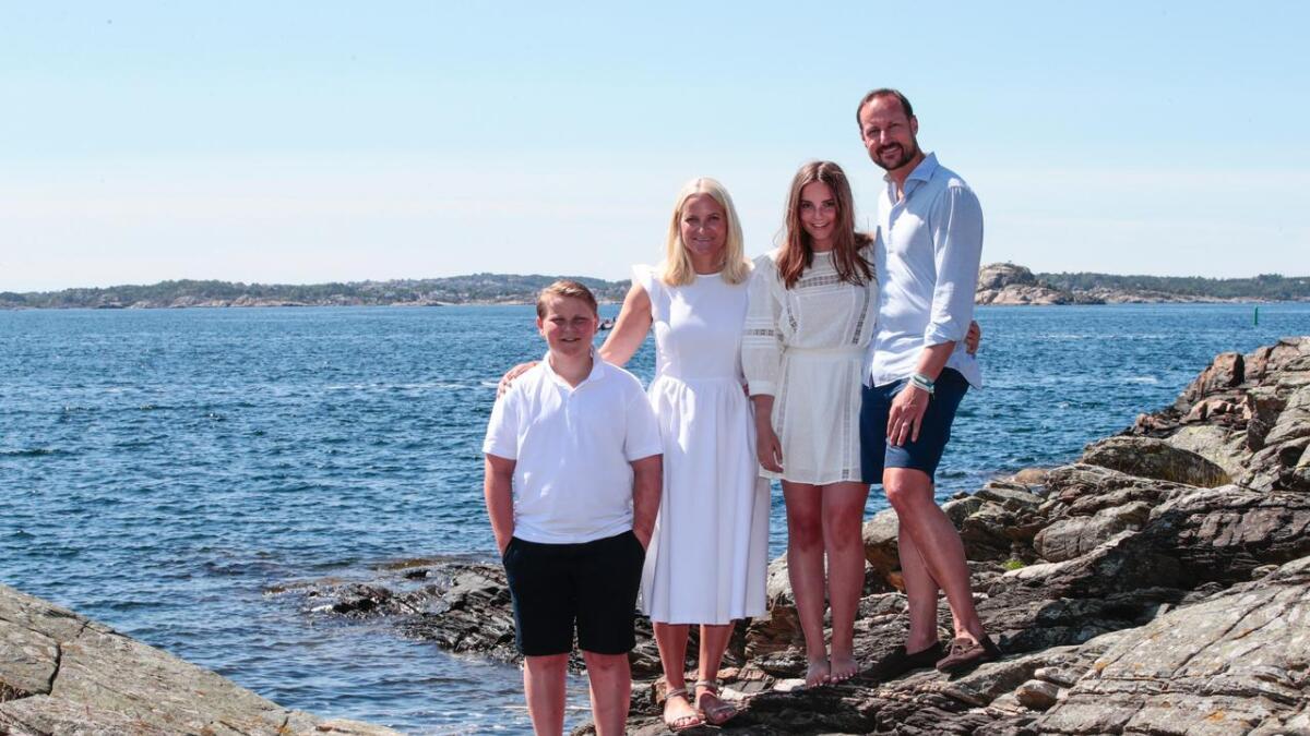 Kronprins Haakon, prins Sverre Magnus, prinsesse Ingrid Alexandra og kronprinsesse Mette-Marit har ferie på landstedet på Dvergsøya utenfor Kristiansand.