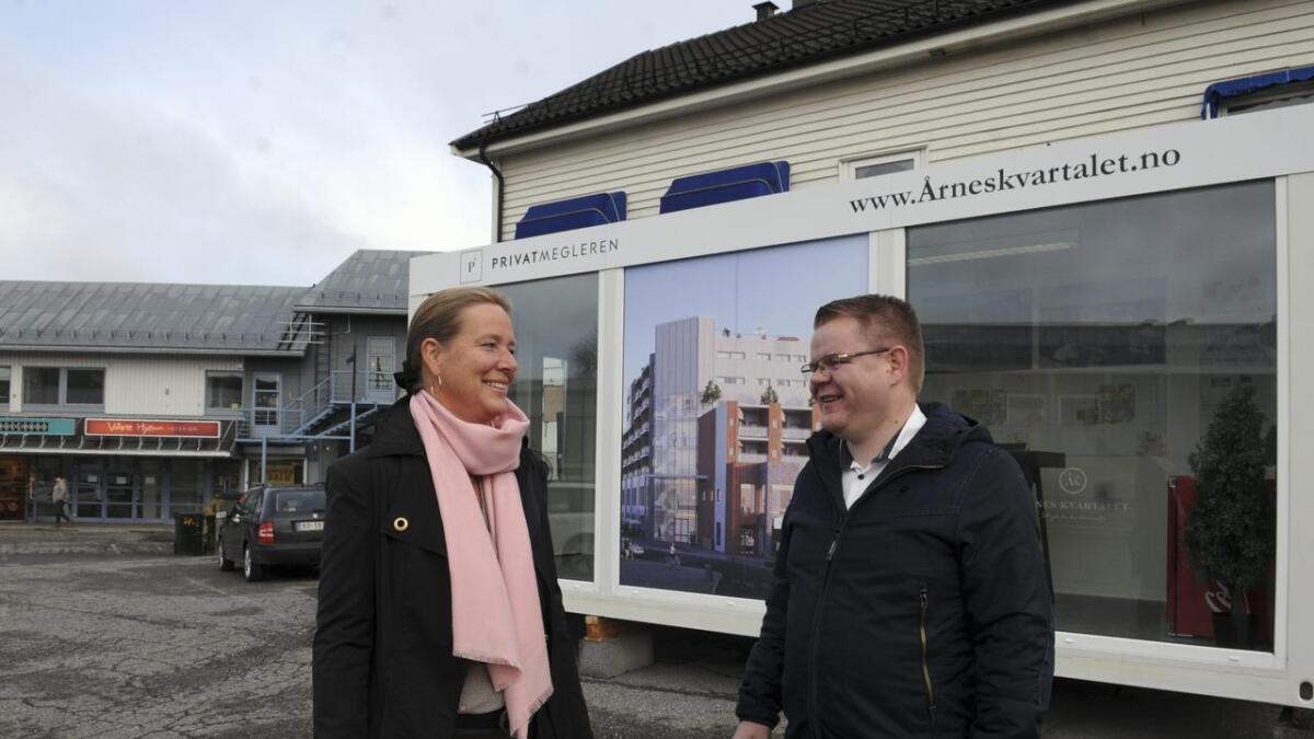 Bente Hognestad og Glenn Bekkerud i handelsstanden på Årnes er godt fornøyd med at Årneskvartalet nå kan realiseres.
