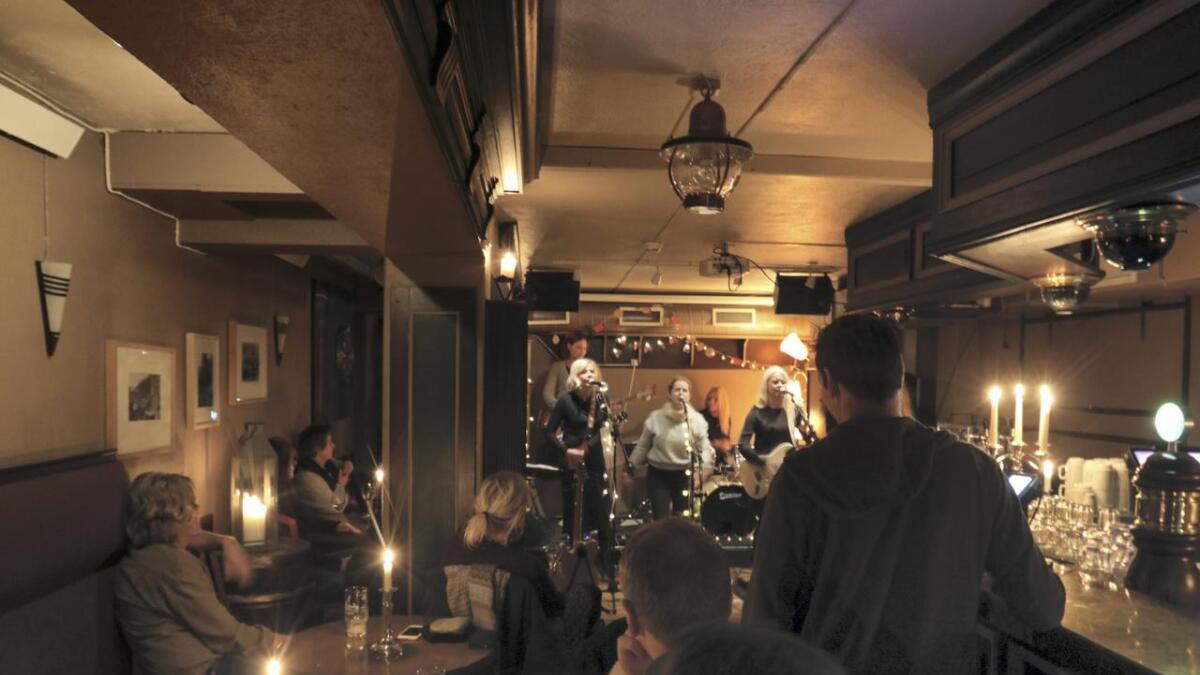 Bygdafolket har fått ein god plass å møtast, og laurdag var det konsert med Lovebugs i Vaskeriet pub ved Brakanes.