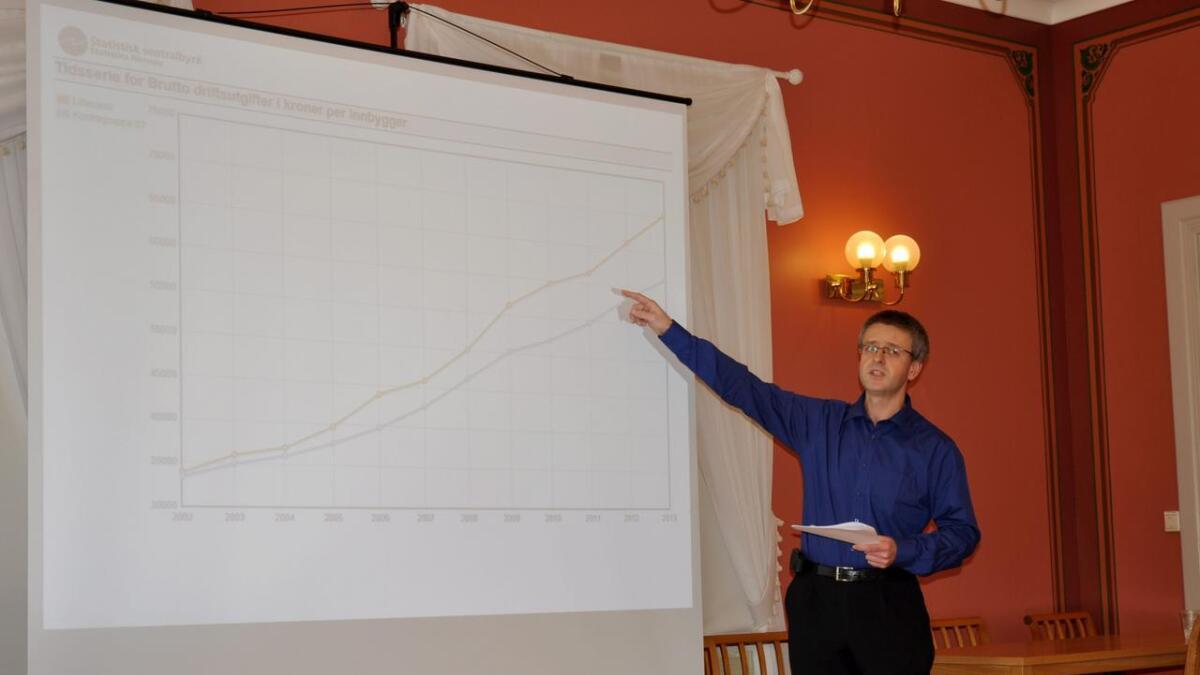 Økonomisjef Espen Grimsland viser den økonomiske utviklingen i Lillesand kommune.