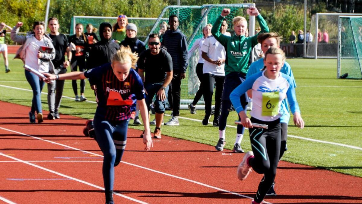Kristin Nicholson Torsteinsrud spring ålingane inn til siger på jentestafetten.