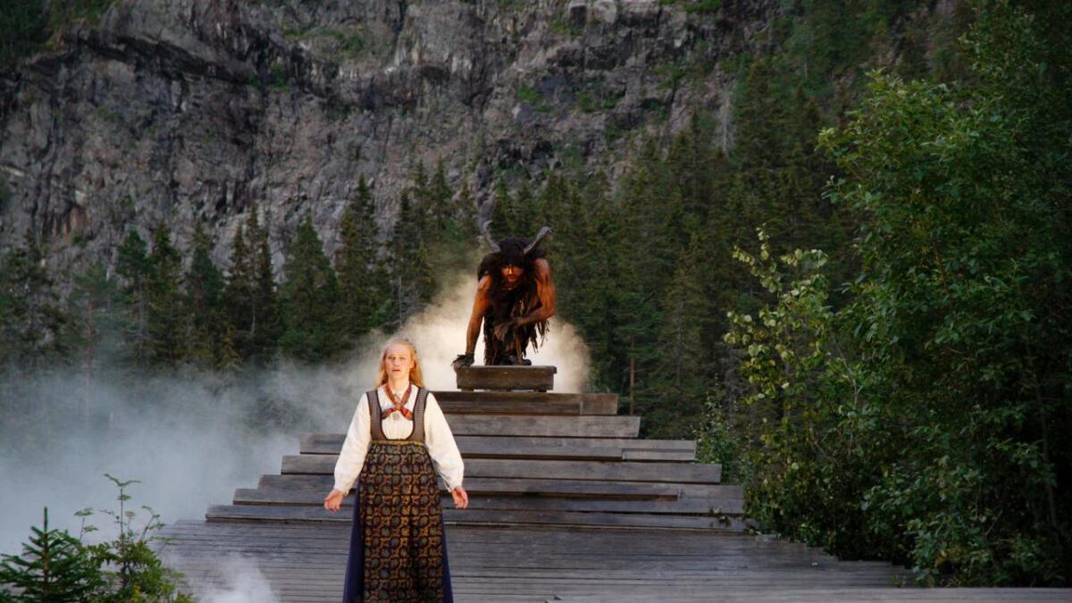 Sentralt i stykket er Fossegrimen, spilt av Dag Rune Søvde Sjøli, som prøver å lokke Mari ut i fossen.