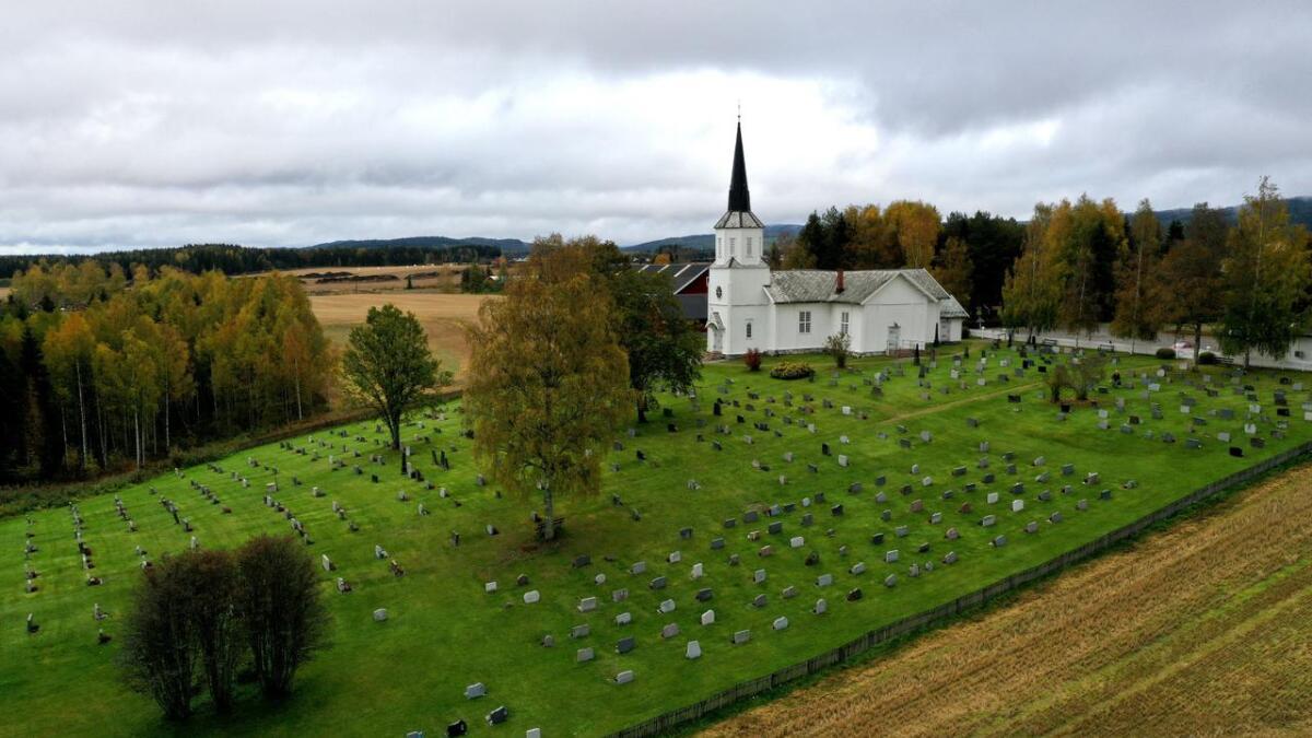 Gravene nederst på dette bildet er vinklet annerledes enn resten av gravene ved Fenstad kirke.