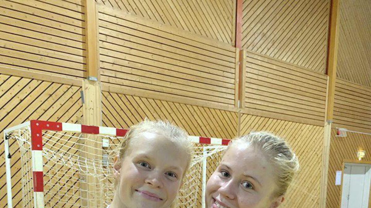 Kragerø-spillerne Maja Furu Sæteren (t.v.) og Tuva Muffetangen blir nok snart å se på trening med Gjerpen.
