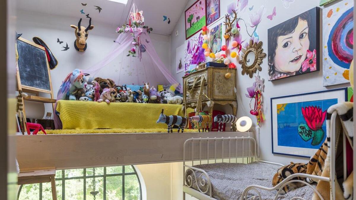 I andre etasje holder Nomi til. Hun kan kikke på himmelen gjennom takvinduet og ser elva gjennom vinduet ved sengen.
