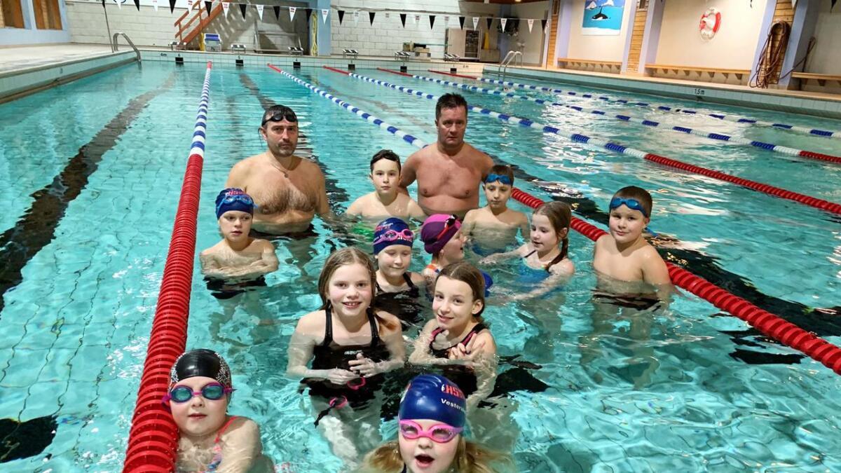Ferske medlemmer som har vært heldig å komme inn i klubben for å få svømmeopplæring.