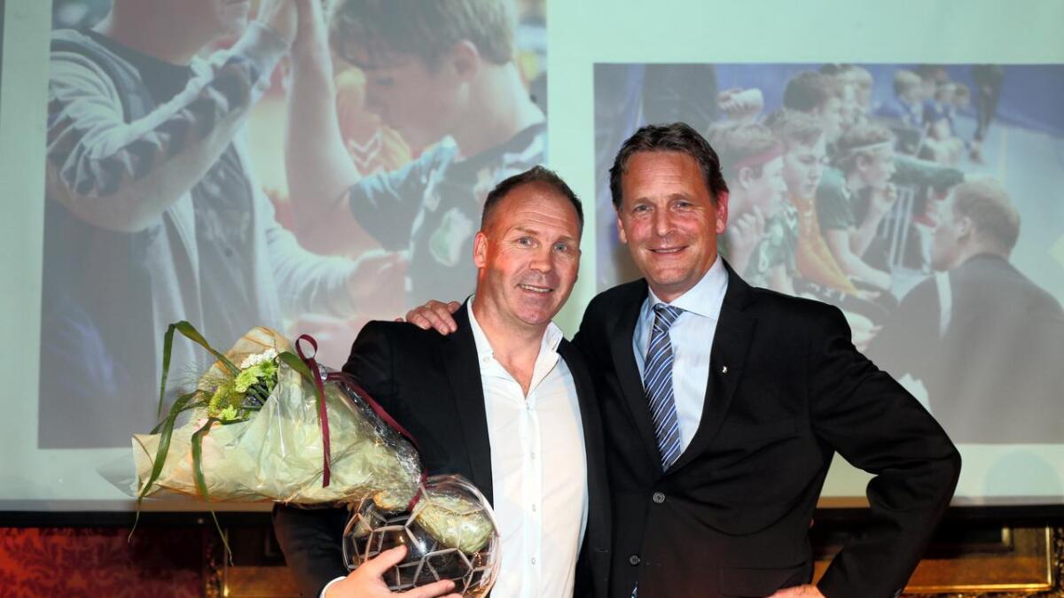 Kjetil Øygarden som får prisen for Årets Ungdomstrener av generalsekretær Erik Langerud (til høyre) i Norges Håndballforbund.