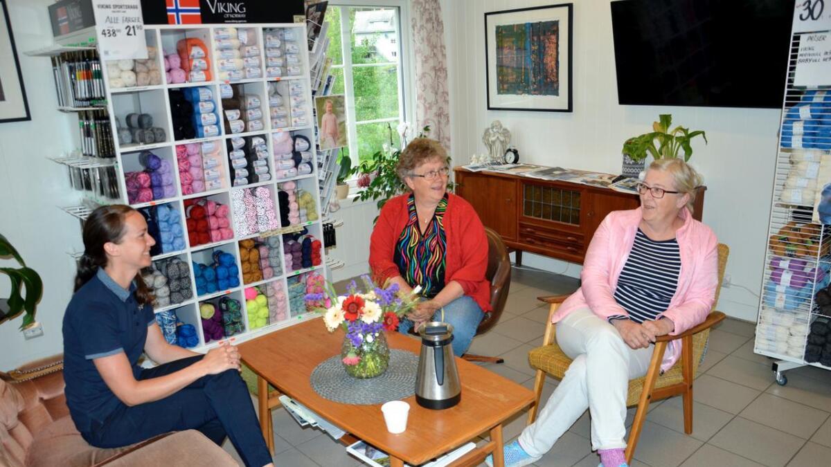 Her møtes folk gjerne for en prat – med eller uten håndarbeid. Her er butikkansatte Jeanette Selås (t.v.) sammen med Gunda «Vesla» Kile (i midten) Inger-Lise Fidjeland-Knutsen.
