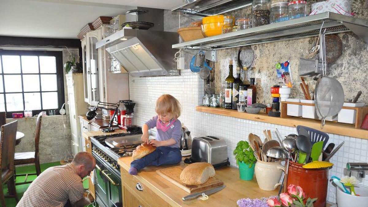 kjøkken. Det er kun kjøkkenet som har fått fliser på veggene...