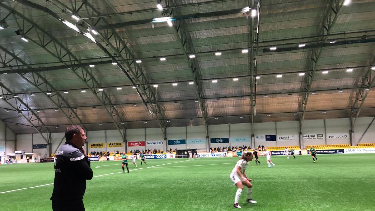 Amazon-trener Tommy Egeli med instruksjoner langs sidelinjen i LSK-hallen onsdag kveld.