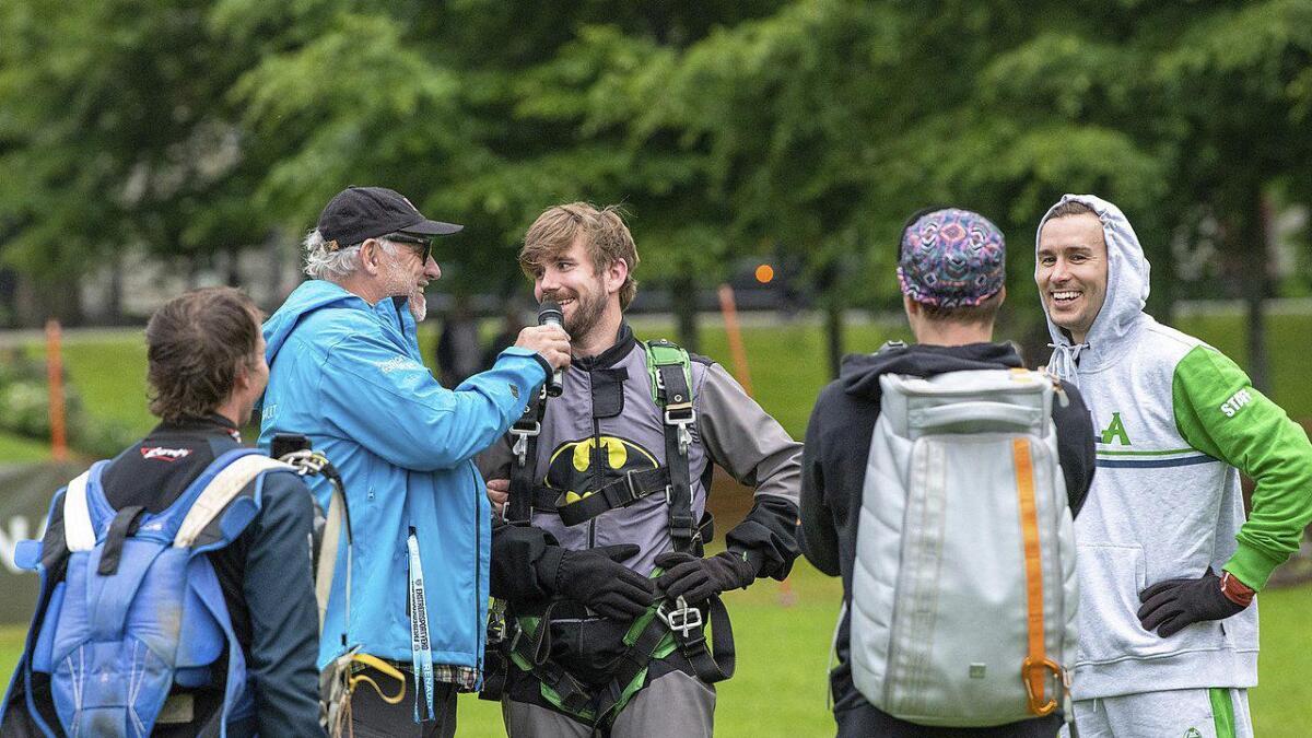 Stian Blipp fekk hoppa i fallskjerm for fyrste gong.
