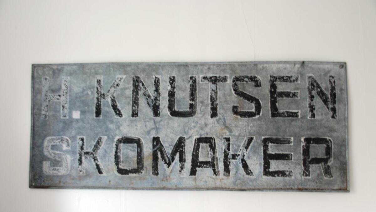 Historisk. På 1930-tallet holdt skomaker Hans Knutsen til i huset. Austad har valgt og bruke det gamle skiltet som en del av interiøret.