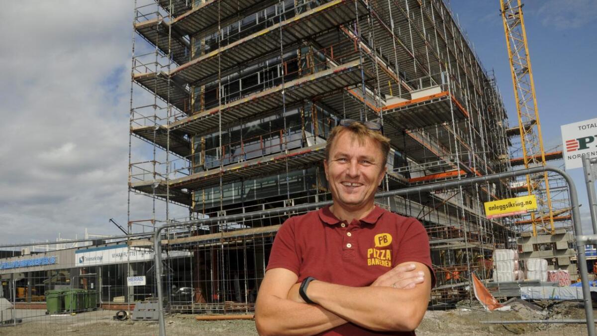 Daglig leder Gert Willumsen foran lokalet i Coops nye blokk på Gråtenmoen, hvor han etablerer pizzarestaurant med sitteplasser. BEGGE