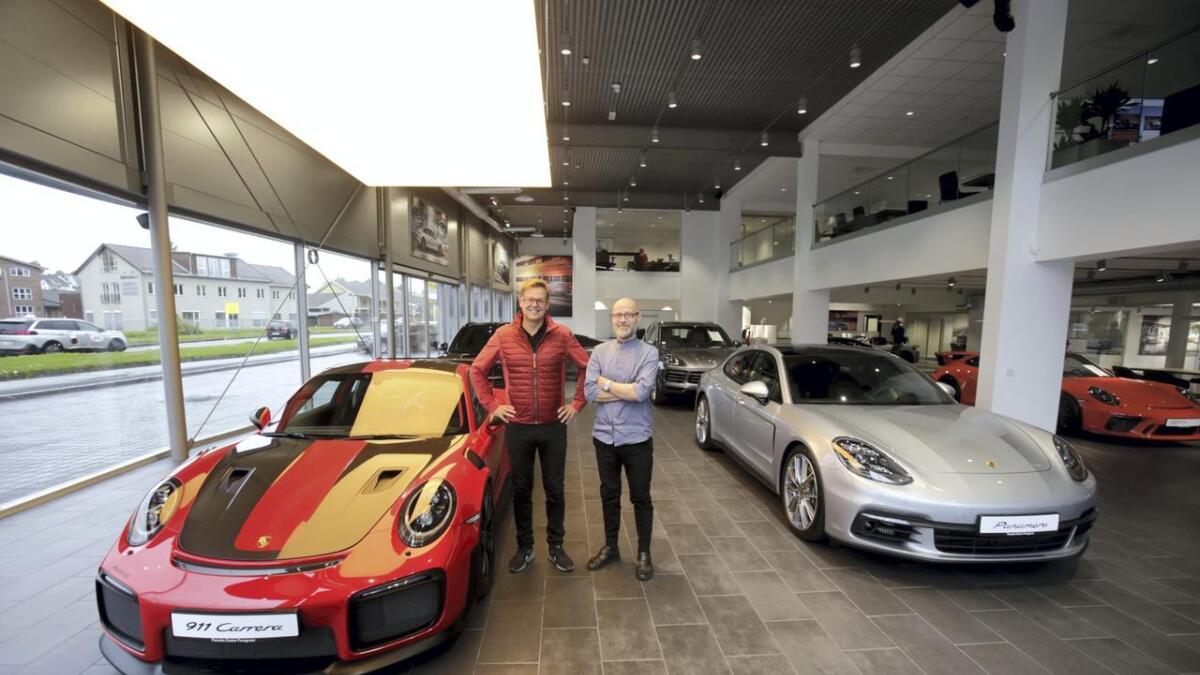 Gisle Valen (t.v.) mener Porsche 911 GT2 RS er landets raskeste bil. Selv om man ikke kan ble opp fire millioner for slikt er bilentusiaster velkomne for å se drømmebiler, sier han og daglig leder Claus Heiberg.