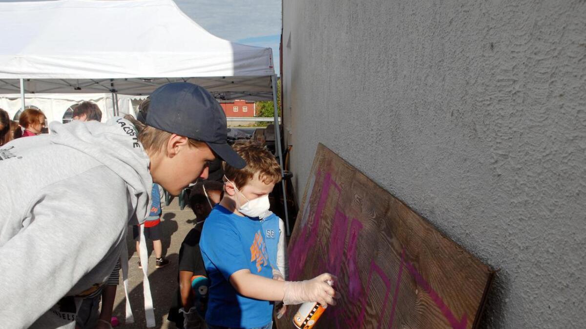 Brage (15) fra Oslo er god på graffiti og viste bort noen triks til kidsa.