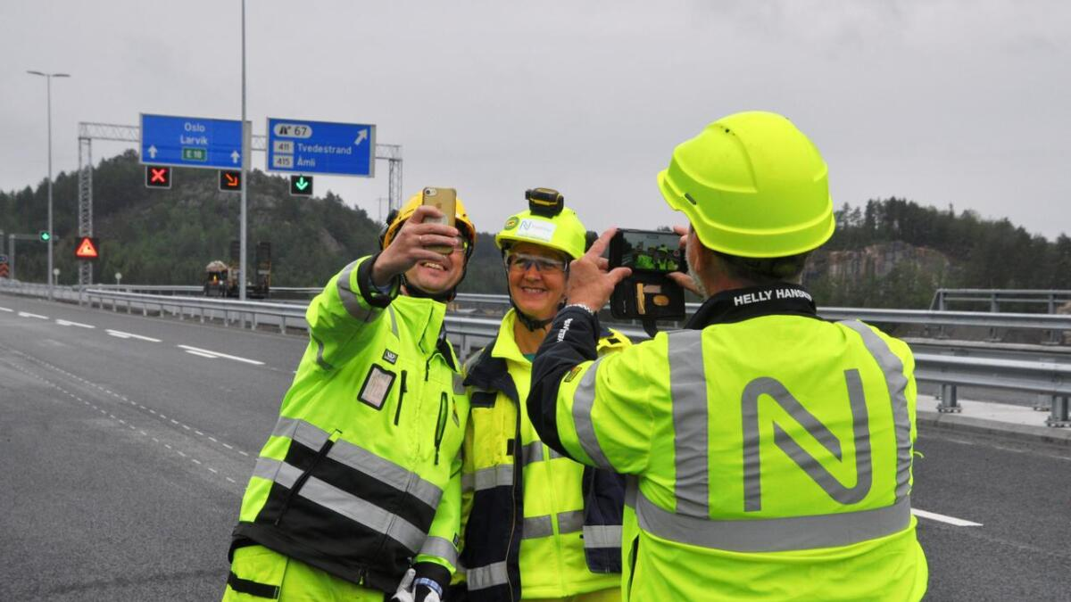 Utbyggingssjef Tordis Vandeskog i Nye Veier og prosjektleder Erik Frogner i AF Gruppen står her på den nye        motorveien mellom Harebakken og Tvedestrand. De inviterer til åpningsfest for alle lørdag 22. juni. For noen dager siden inviterte de også pressen. Frogner benyttet anledningen til å ta en selfie.