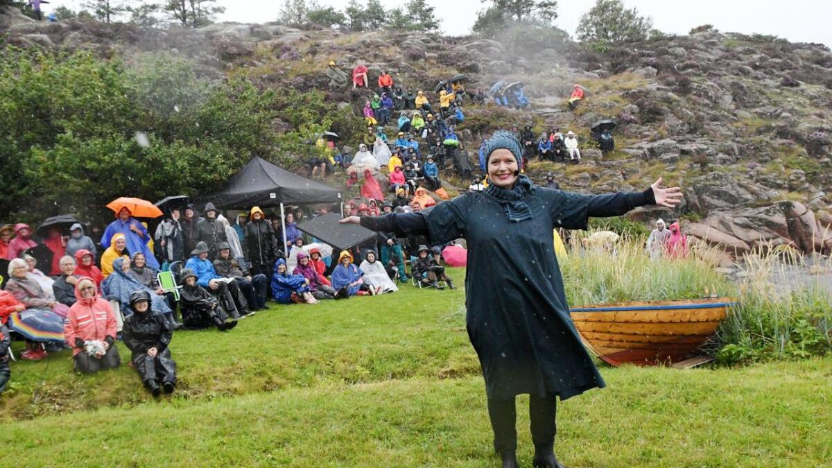 Det finns ikke dårlig vær er det noe som heter. Folk storkoste seg med Terje Vigen-opplesningen til Gørild Mauseth, selv om været var noe grått og vått.