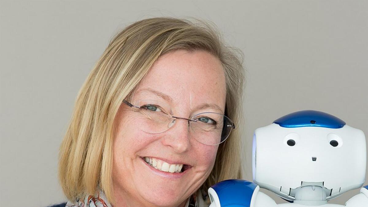 Hege Eiklid har laga roboten «Berntsen» som skal hjelpe eldre med å halde seg aktive.
