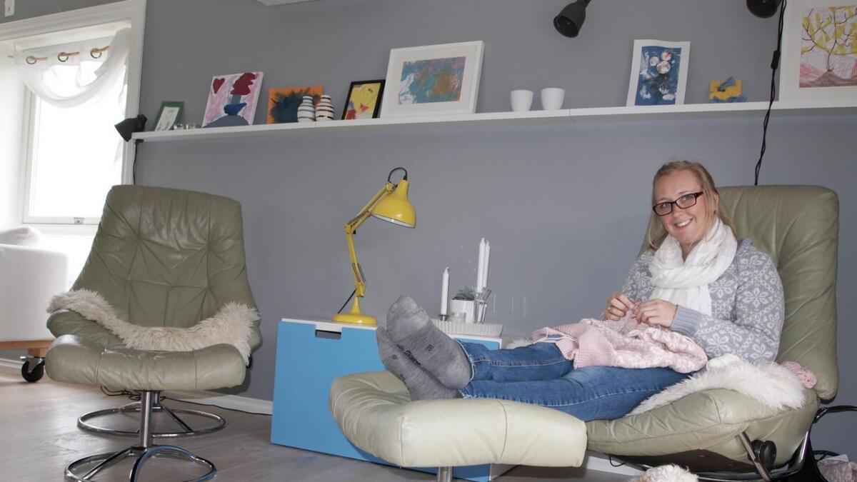 Karine Brandhaug-Fjellstad trives best i kroken mellom kjøkkenet og TV-stuen. Herfra har hun  og                familiens firbente medlem, Pluto, full oversikt over alt som foregår i husets hovedetasje.