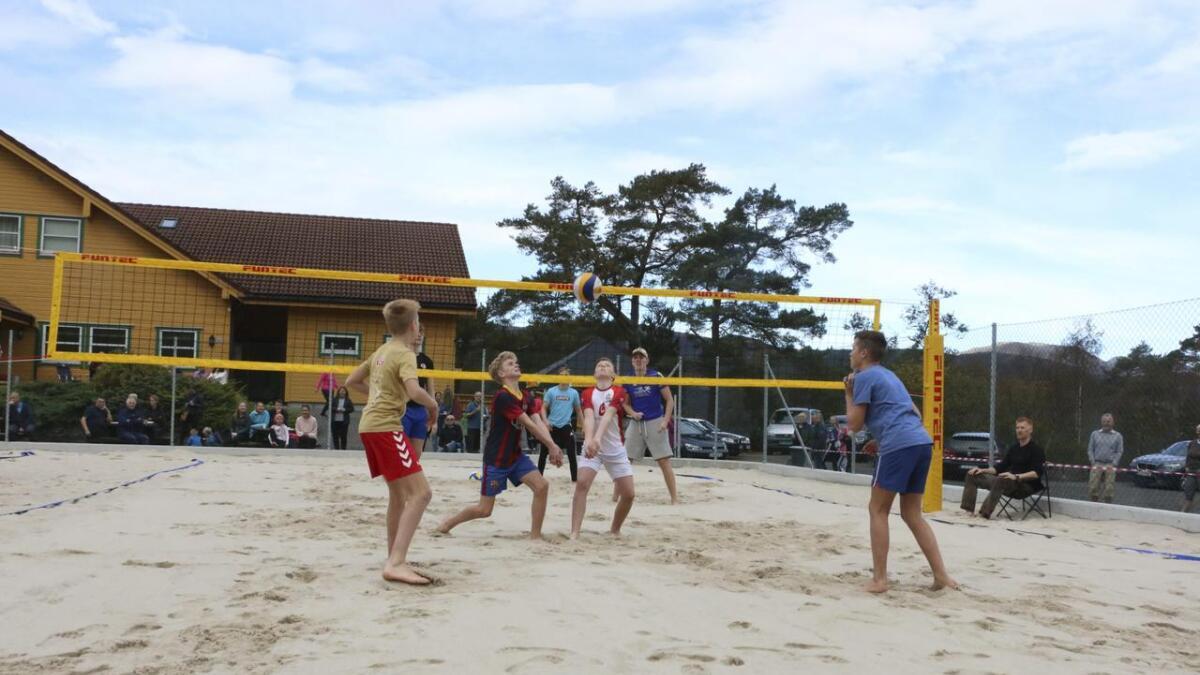 I samband med opninga av det nye anlegget, vart det sjølvsagt sandvolleyballturnering.