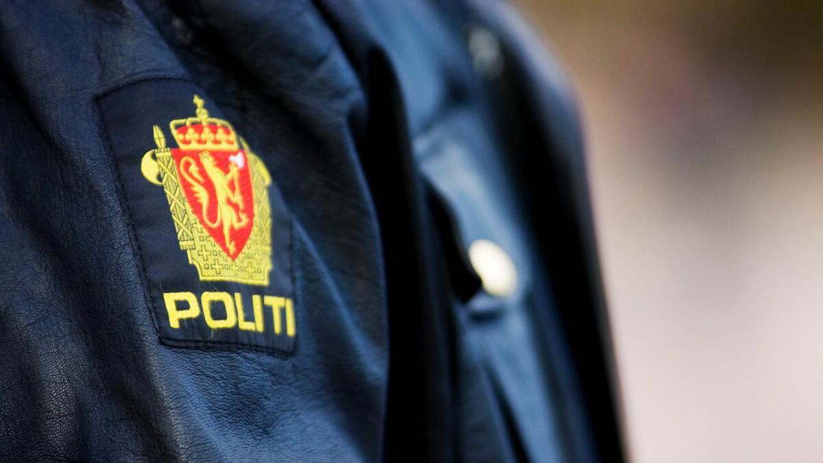 En politimann i sin uniform med symbolet for det norske politi torsdag ettermiddag i Oslo.