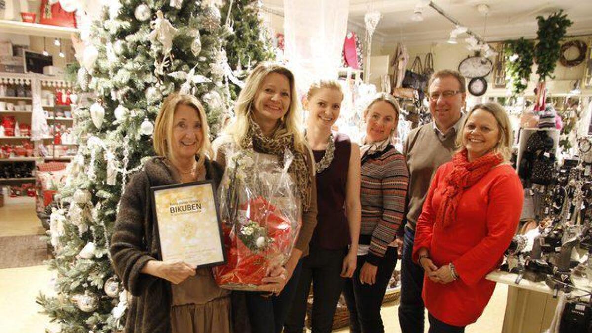 Elin Sundet (t.v.) og Elin Anthonisen mottok prisen fra juryen som var Benedicte Rosenberg, Ann-Kathrin Samuelsen og Marianne Stenbro. Bak Jørn Hegna i Servicebyen Skien