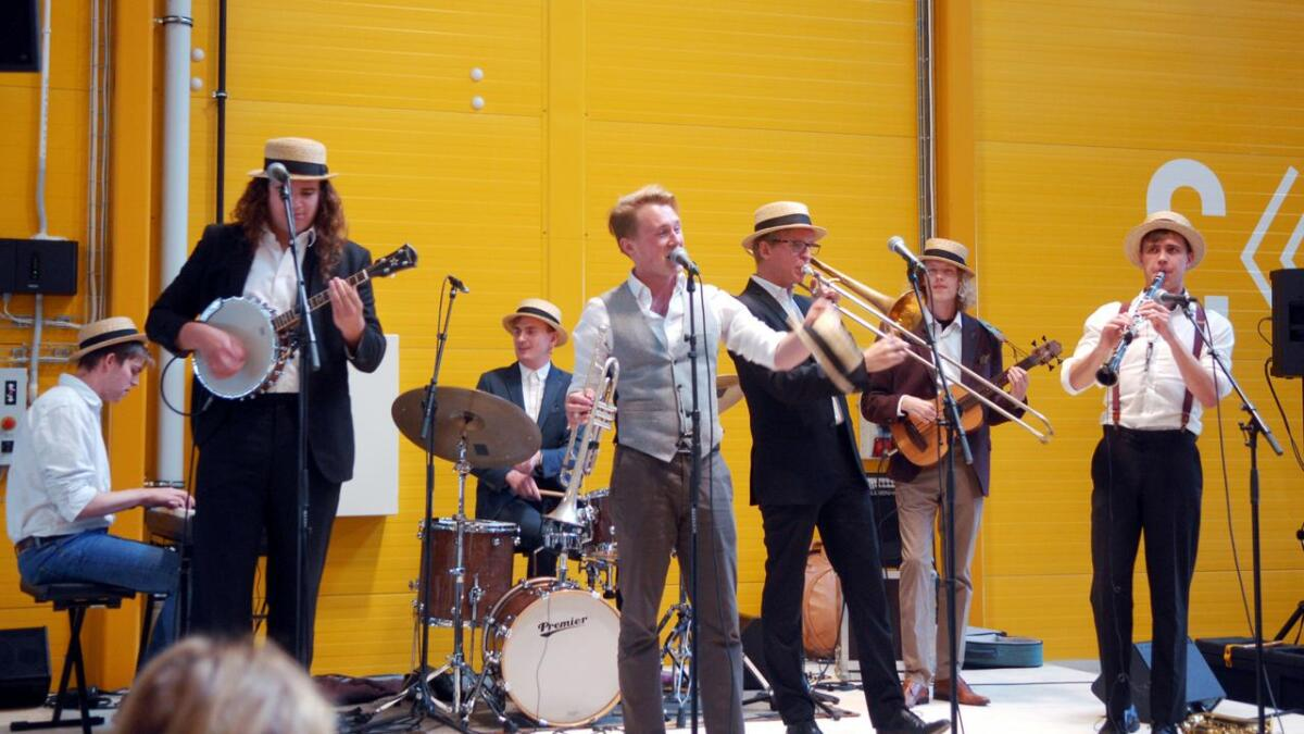 Swing It Dixieband laget feststemning for rundt 260 frammøtte i fryseterminalen til Holmøy Maritime på Finneset.