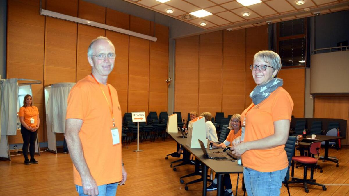 Det hadde ifølge Arnstein Øyslebø og Ingvild Kjær Arnebø i stemmestyret vært tett med folk på rådhuset for å stemme fra de åpnet lokalene klokken ti. Da Adressa var innom var det nokså rolig, og de som var der for å stemme ville ikke bli med på bildet.