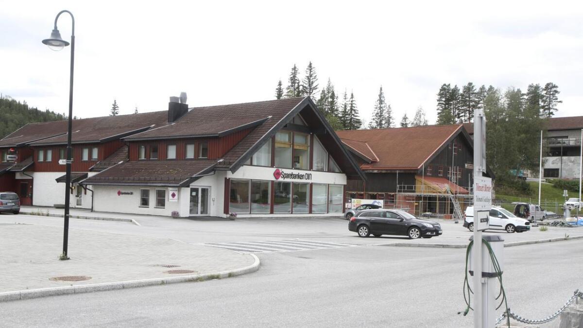 Songa Utvikling har selt båe desse bygga i Åmot til Vinje kommune.
