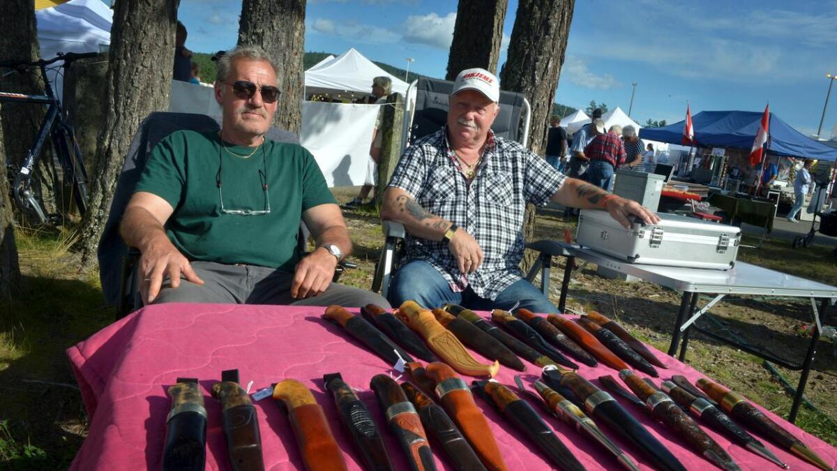 Øystein Rogsrud og Alf Larsen var også i år på plass med knivene sine, men mener salget er gått ned i takt med at flere og flere unge velger datamaskinen fremfor skogen.