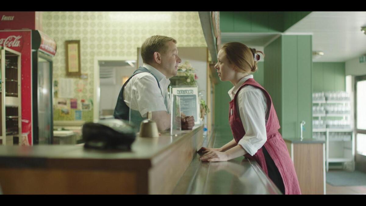 Bjarte Tjøstheim (f.v.) er idéskapar, manusforfattar og hovudrolleinnehavar i NRK-serien «Hellums kro». Kjersti Dalseide frå Ål spelar servitrisa «Anja».