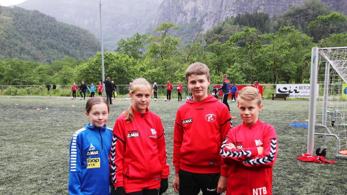 Frida Fardal Jakobsen, Maylinn Amundsen Solberg, Styrk Brattabø og Noah Terjesen Boge likte seg godt på fotballskulen på Geitabakken.