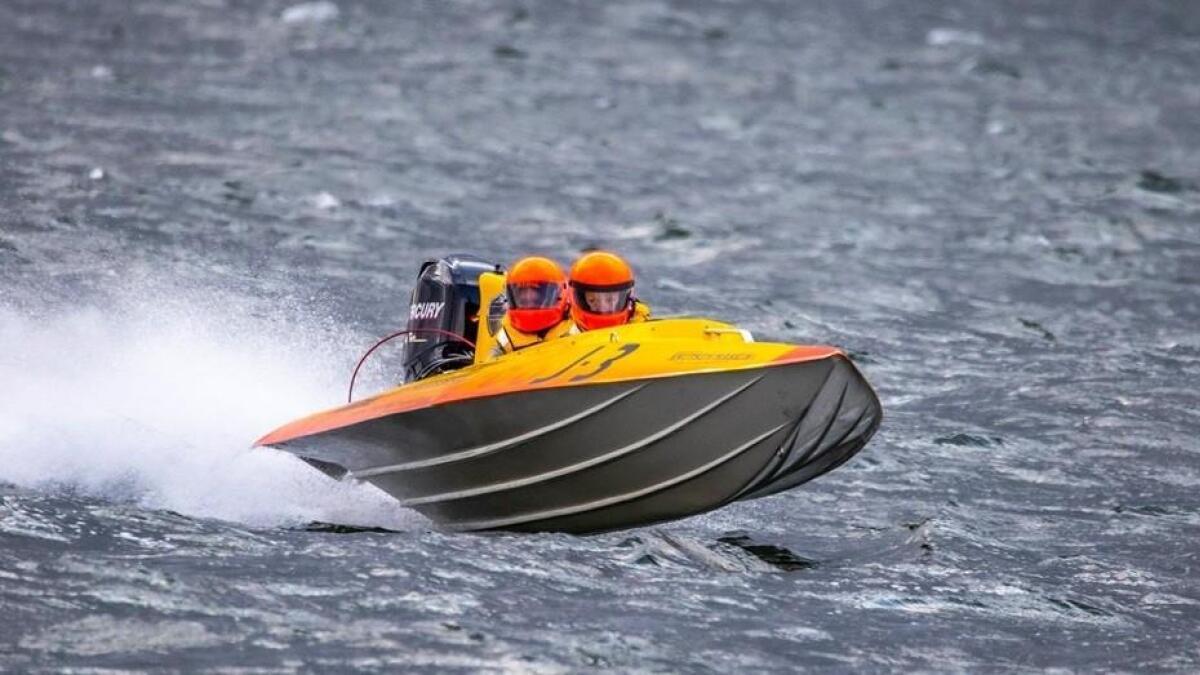 """Thomas Braaten og Silje Moen Knutsen i aksjon i Öregrund i Sverige hvor duoen endte på 4. plass i VM. 3J-båtene har en toppfart på rundt 50 knop som tilsvarer 92 kilometer i timen. På grunn av tøffe forhold valgte arrangørene å bruke en såkalt """"stormløype"""" i roligere farvann i alle de tre VM-racene."""