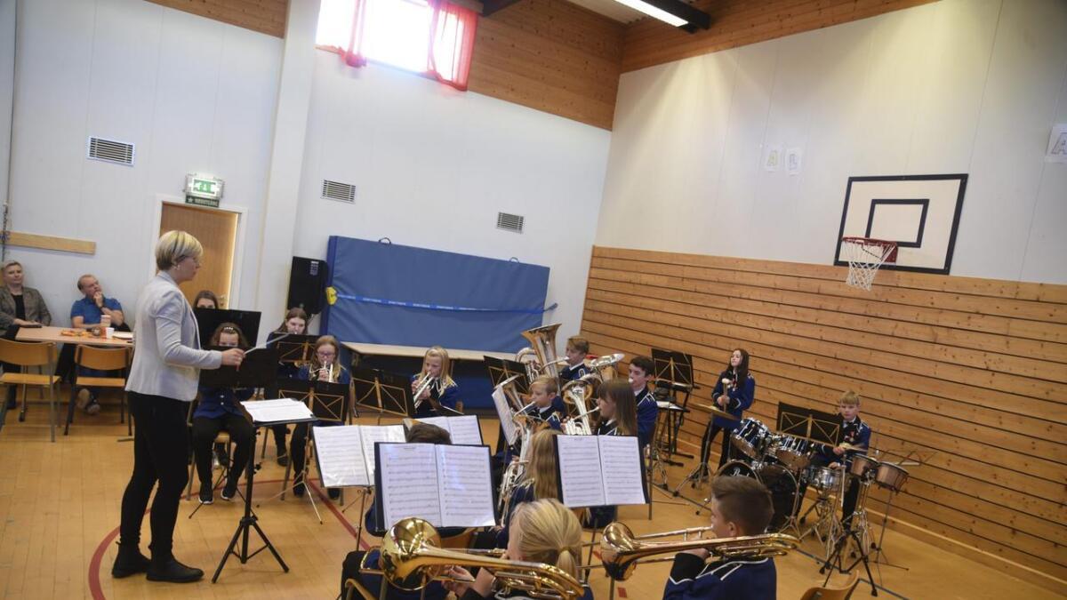 Våge skulemusikklag spelte programmet som skal framførast på Bømloblåsen