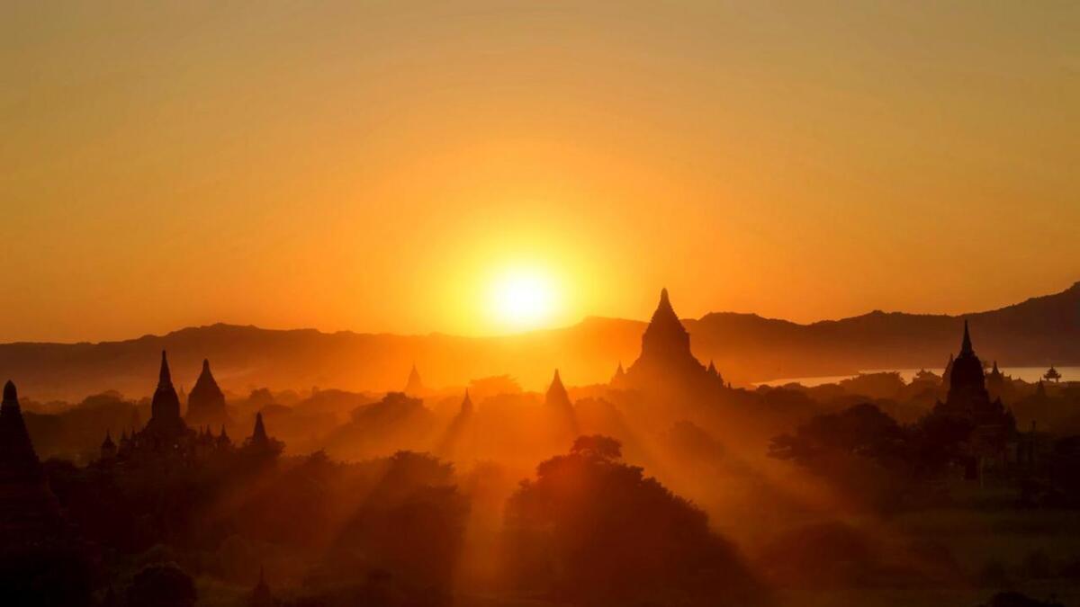Spektakulær solnedgang sett frå toppen av ein av de mange pagodane i Bagan. (Alle