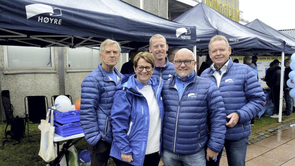Stortingsrepresentant Tone Wilhelmsen Trøen tok en tur innom Årnes i regnet. Her står hun foran Høyres stand sammen med f.v. Øystein Seland, Petter Sandven, Kjell Jevne og Terje Strømsæther.