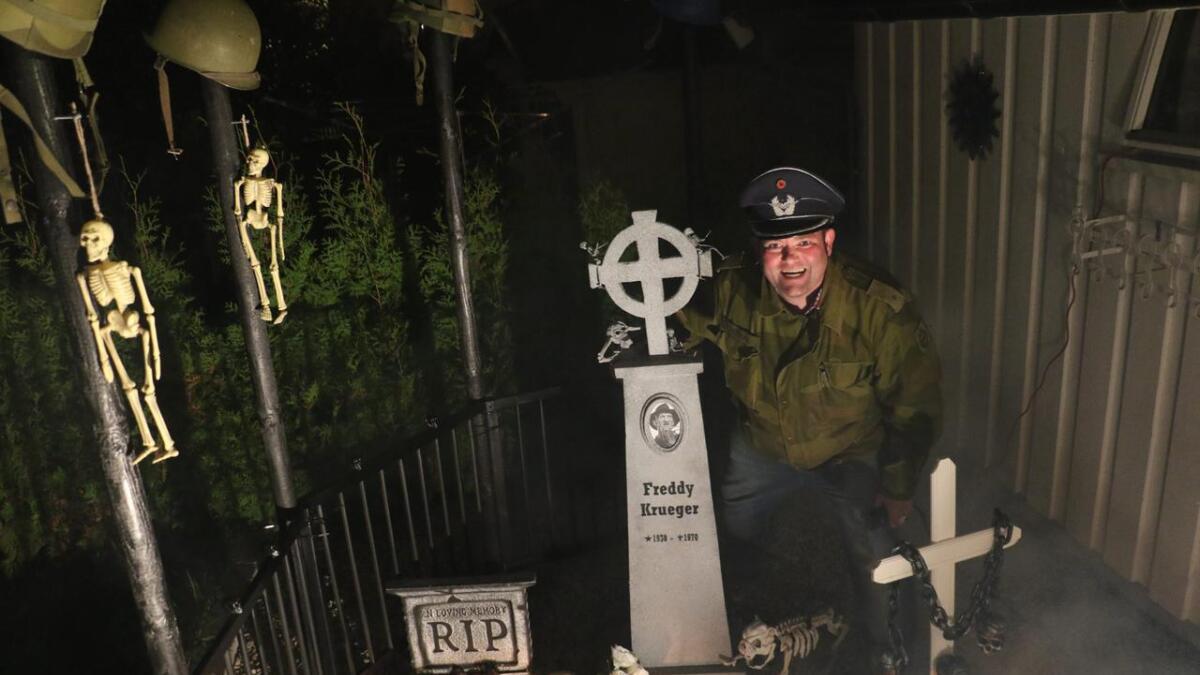 Helge Tverdal har laget kirkegård i hagen.