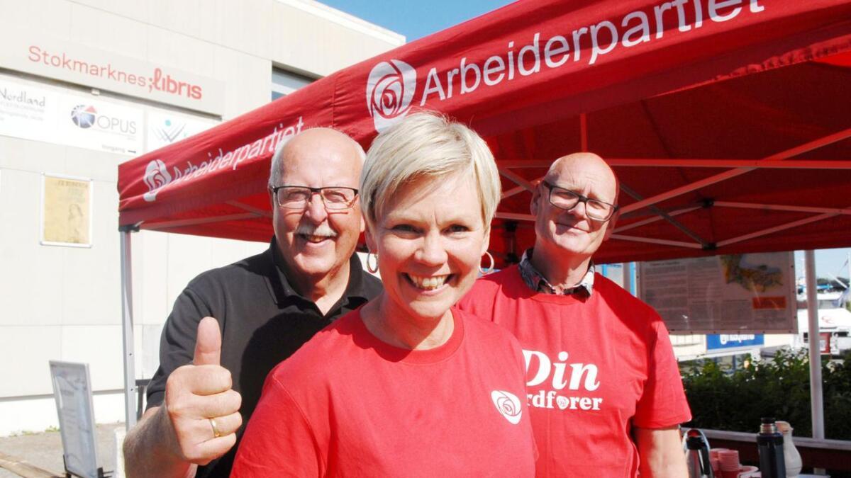 Stortingsrepresentant Åsunn Lyngedal besøkte Ap-standen på Stokmarknes, representert ved Jacob Normann Jacobsen (t.v.) og ordførerkandidat Åge Rusten.