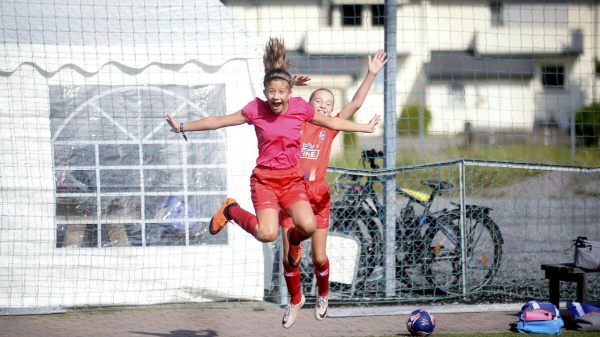 Ana-Marija Kanuric og Tiril Våtsveen storkoser seg på fotballskole.