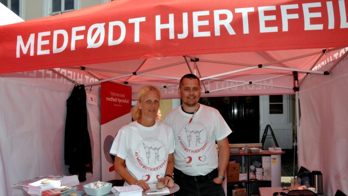 Anne Giertsen i VMH og Baard Larsen i FFHB stod på stand under Arendalsuka for å sette fokus på helhetlig og livslang oppfølging av personer med medfødt hjertefeil.