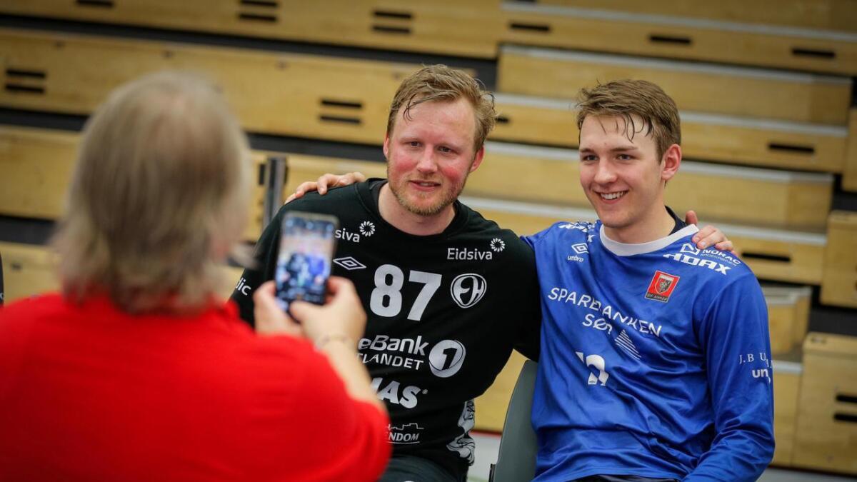 Morten Nergaard (32) la opp etter sin åttende sluttspilltittel med Elverum. Her blir han foreviget i Sør Amfi sist søndag sammen med keeperrivalen André Bergsholm Kristensen (19). Det er ØIF Arendal-målvaktens mor, Elin, som fanger øyeblikket med sitt mobilkamera.